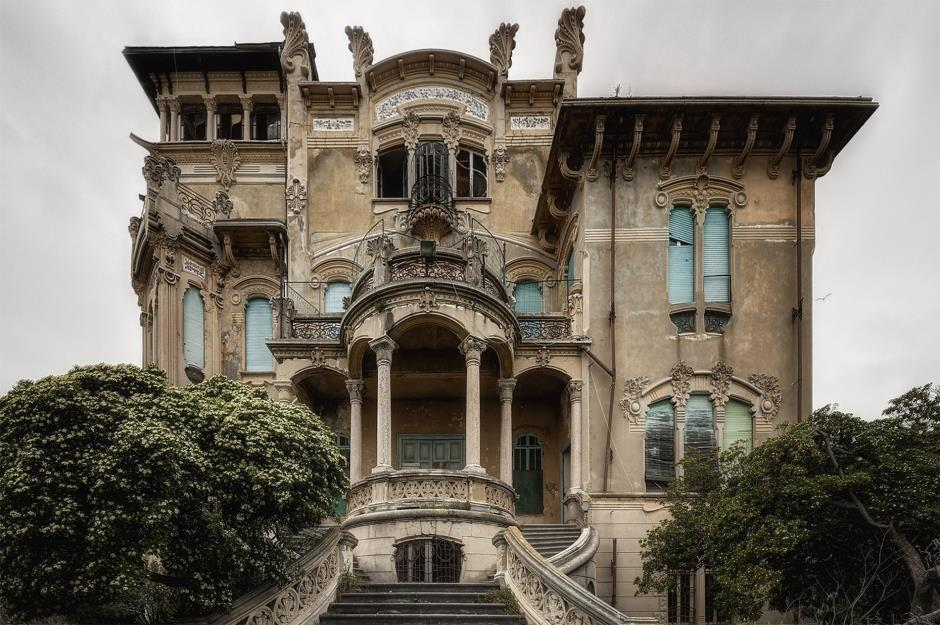 Explore these dilapidated dream homes that time forgot