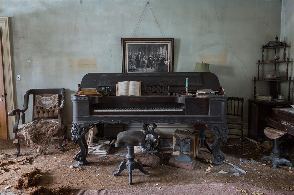 Step inside this abandoned old house untouched for 40 years