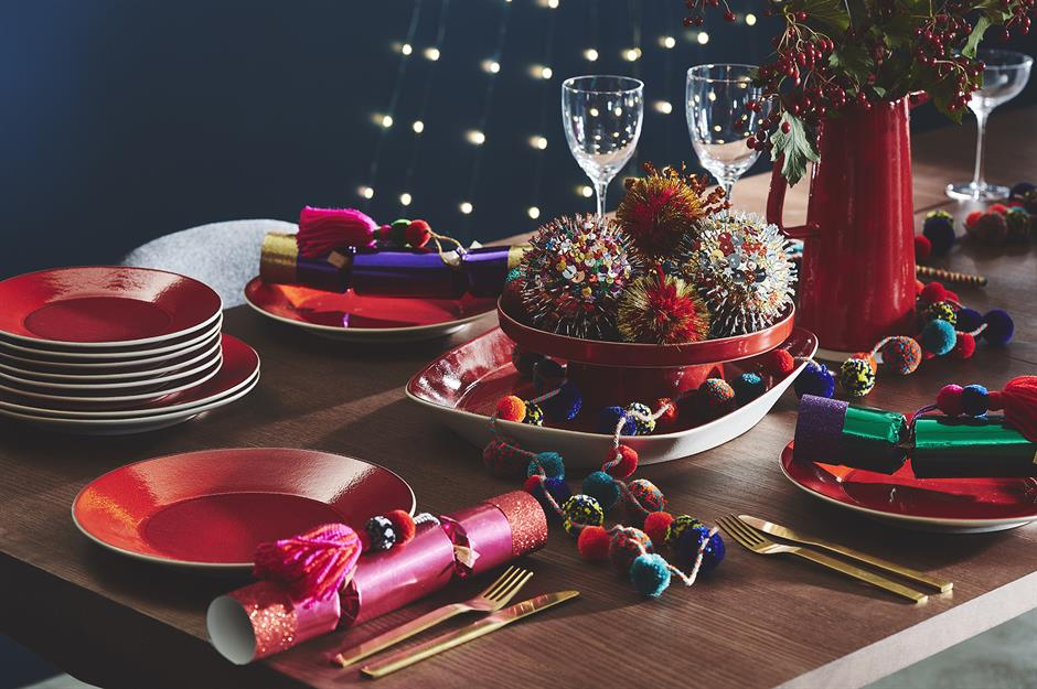 Party with pom poms: christmas table decorating ideas