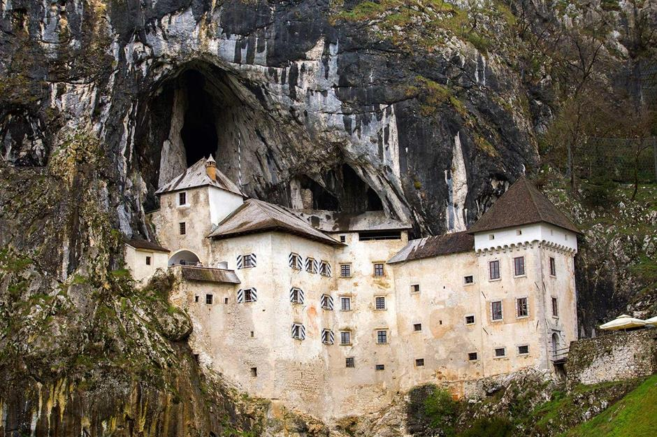 Los castillos más bonitos  - Página 2 Ee2f4ff8-582c-4117-bbfc-4492b655c431-16predjama-castle-1