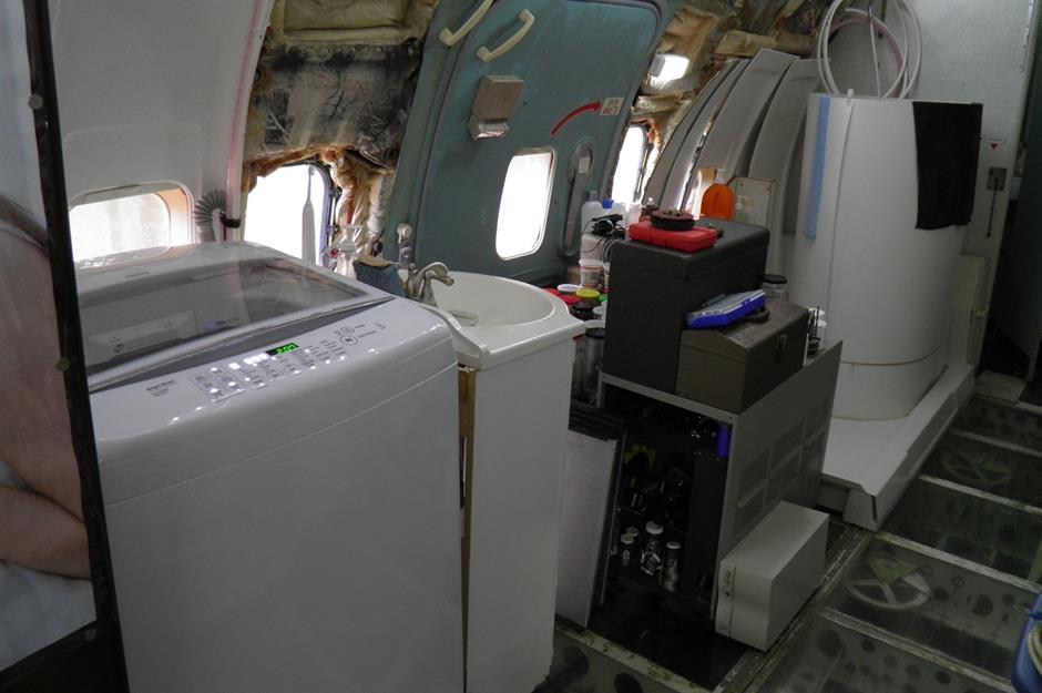 Самолет оборудован прачечной.