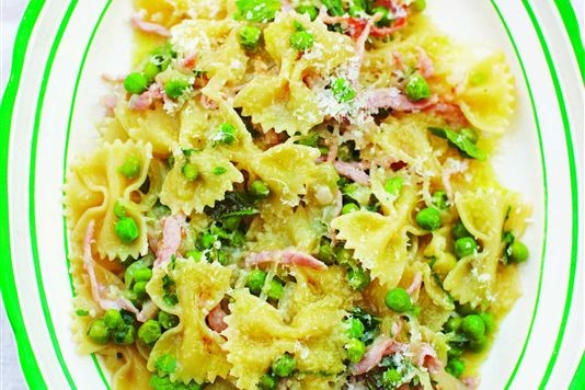 Farfalle pasta with pancetta and peas recipe