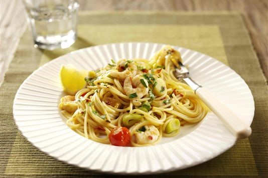 Pasta with leeks, chilli and prawns recipe